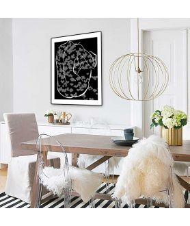 Czarno biały akt grafika w ramie na ścianie